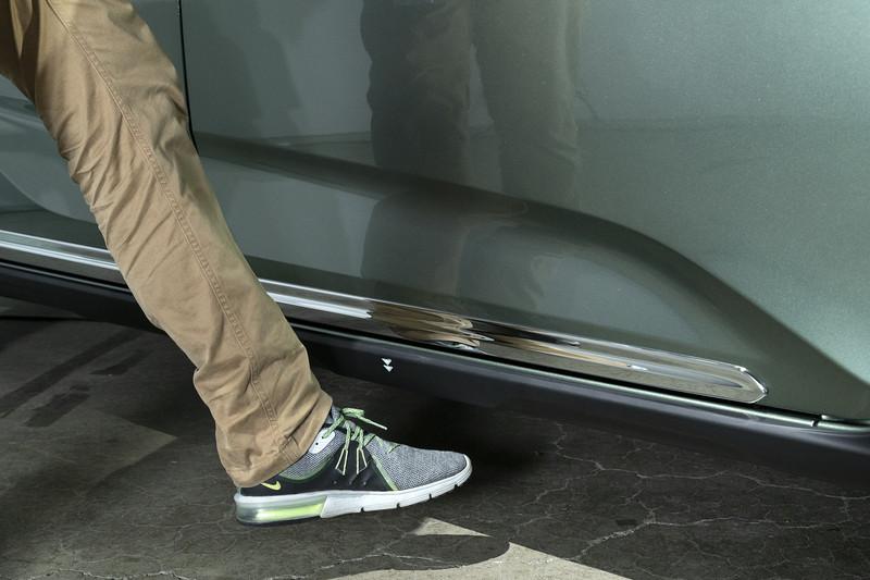 サイドシル下に足をかざすだけでスライドドアの開閉ができるハンズフリースライドドア。左右ドアどちらにも装着可能