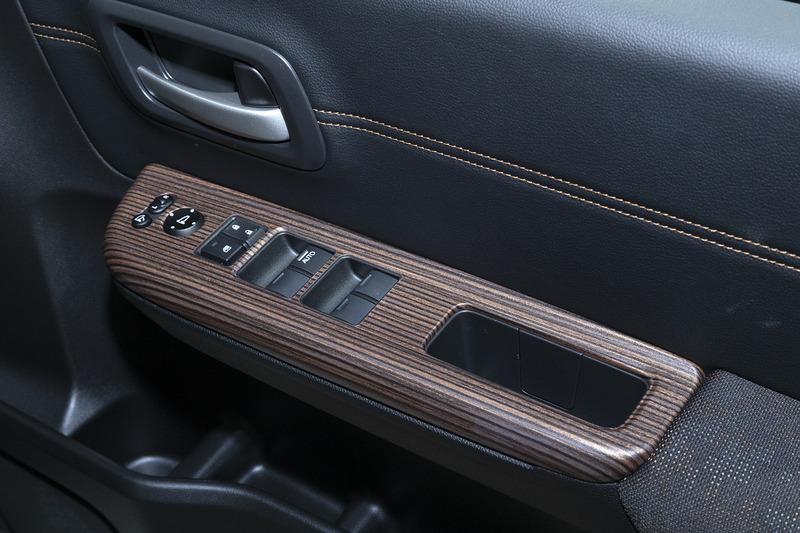 ドアスイッチ部をインパネと同様の木目加飾に仕上げられるインテリアパネル