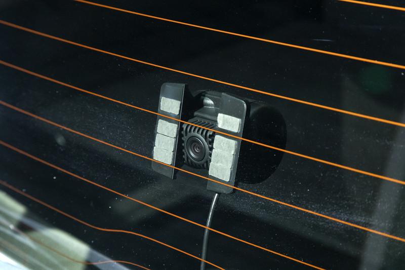 通常のミラーとカメラ映像を切り換えられるアドバンスドルームミラー。カメラはバックドアウィンドウ中央に取り付ける
