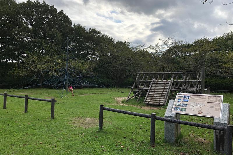 恐竜広場から階段を上がっていくと、「こどもの谷」に到着しました。お天気のいい3連休中日だったのに、16時近くだったからか、この貸切状態(笑)。駐車場が隣接しているので、ぶらりとクルマでやってきて、ちょっと遊んで帰っていくファミリーもいましたよ。公園内には本当にいろんなコーナーがあるので、それを巡るだけでも1日あっという間に過ぎそうです