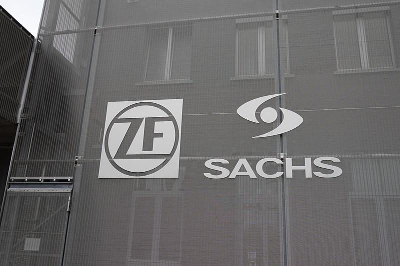 ZFとSachsの両方のロゴが飾られているSachs Museumの外壁