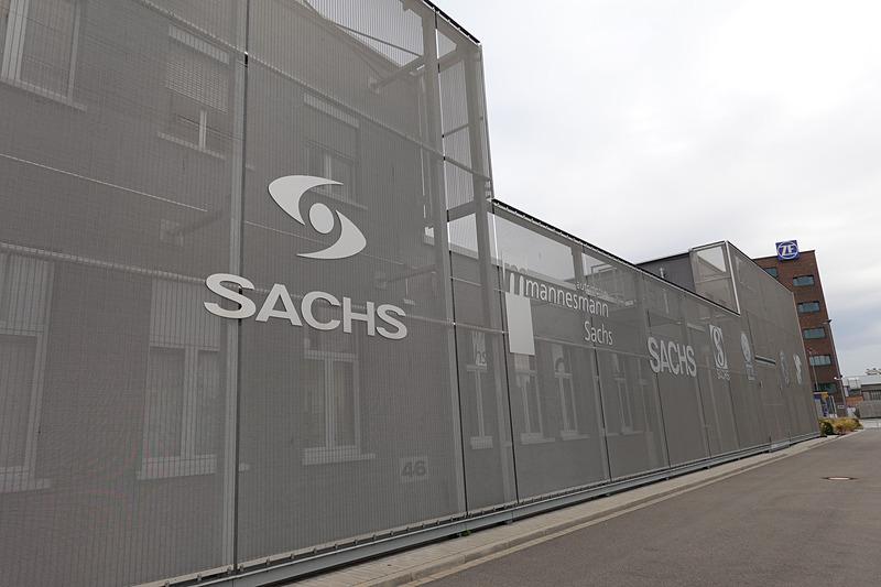 創業時からZF Sachsになるまでのロゴがミュージアムの外壁に描かれている