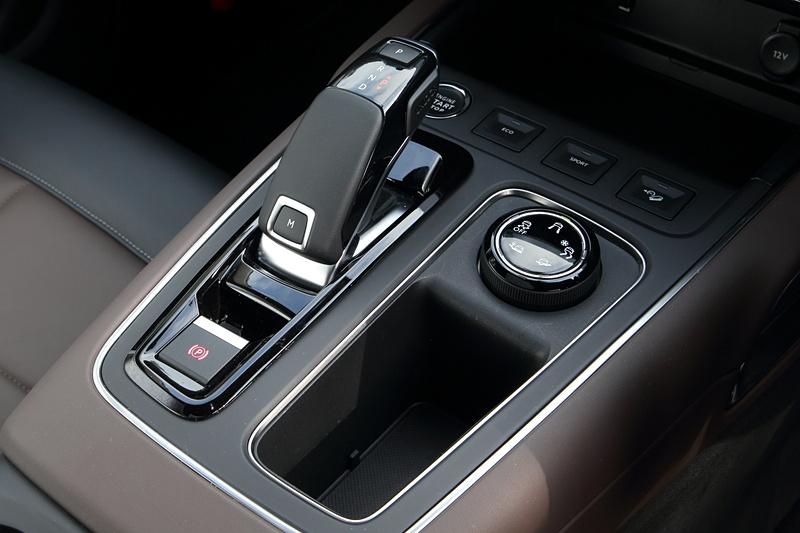 シフトノブまわり。ドライブモードの選択スイッチやヒルディセントコントロールスイッチなどを集約
