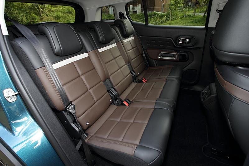撮影車はブラウン&ブラックのナッパレザーシートやフロントシートヒーター、パノラミックサンルーフなどをセットにしたオプションの「ナッパレザーパッケージ」を装着。リアシートは3席独立シートとなる