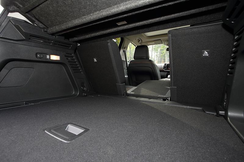 ラゲッジは40:20:40分割が可能。後席の中央部分だけを倒して長尺物も載せられる。ラゲッジ容量は通常のリアシートポジション時は580L、リアシートを最前方にスライドさせると670L、リアシートバックをすべて折りたたむと1630Lまで拡大できる