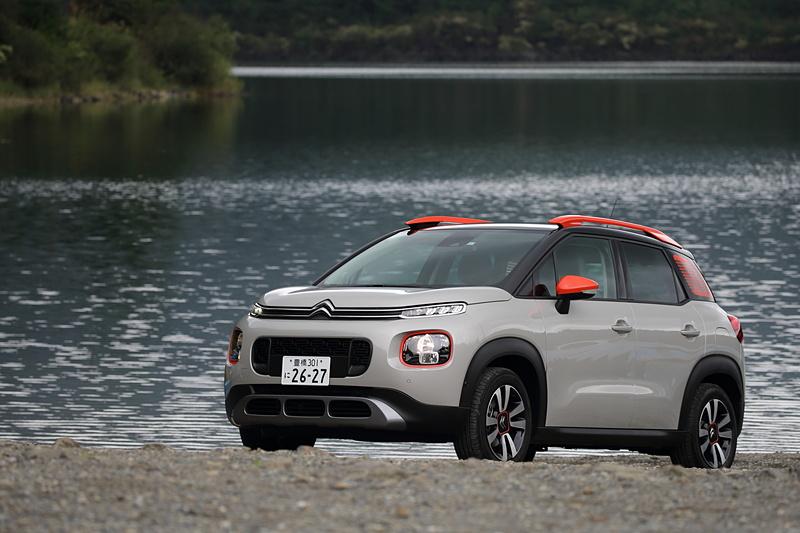 撮影車両は「C3 エアクロス SUV SHINE」。ボディカラーは「ナチュラル ホワイト」で、ヘッドライトベゼルやドアミラー、ルーフレール、リアクォーターパネルステッカーをアクセントカラーでコーディネートをするカラーパッケージの「オレンジ」を選択。ボディサイズは4160×1765×1630mm(全長×全幅×全高)、ホイールベースは2605mm。最小回転半径は5.5m