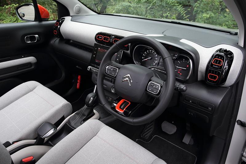 C3 エアクロス SUV SHINEのインテリア。グレーのシートやオレンジの差し色がポップな印象を与えている。また、インパネにもシートと同じ生地が用いられ、室内に暖かみを加えている