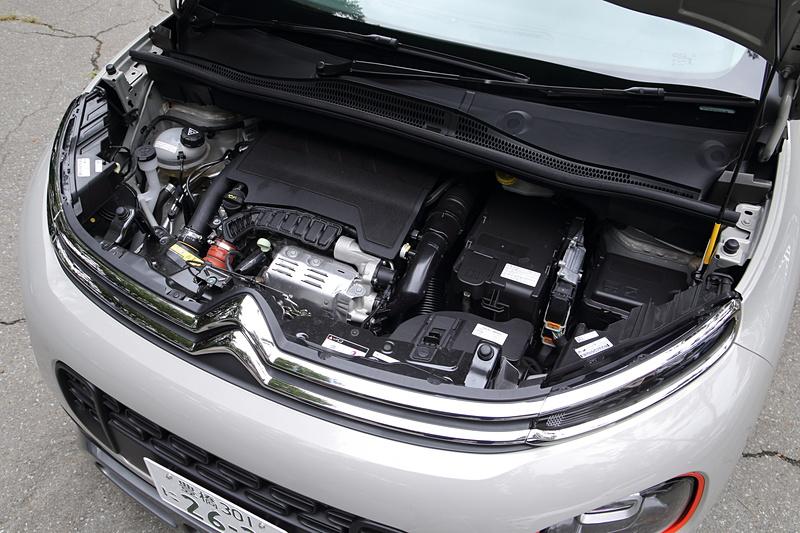 C3 エアクロス SUVは最高出力81kW(110PS)/5500rpm、最大トルク205Nm(20.9kgfm)/1750rpmを発生する直列3気筒DOHC 1.2リッター直噴ターボエンジンを搭載。トランスミッションには6速ATを組み合わせ、WLTCモード燃費は14.7km/Lとなる