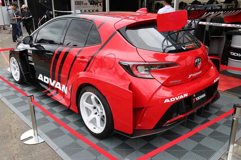 横浜ゴムのブースでは「カローラ スポーツ」がWTCR(世界ツーリングカー選手権)に出場したら……、というコンセプトで作られたマシンを展示。装着されるのは実際にWTCRで使われているタイヤと同じ仕様