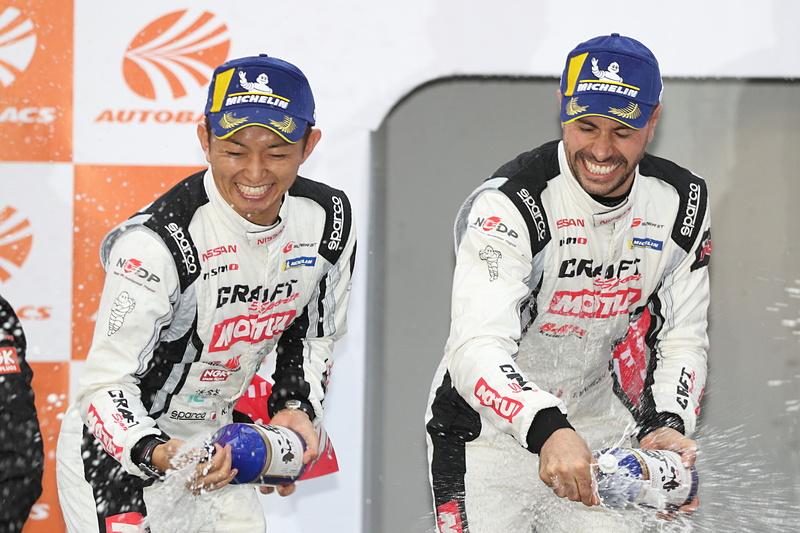 GT500クラスで優勝した平手晃平選手(左)とフレデリック・マコヴィッキ選手(右)