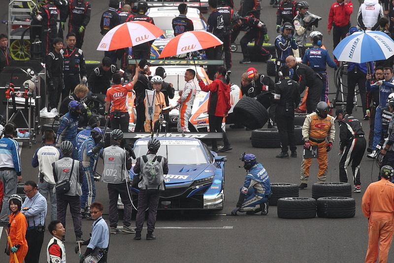 決勝直前から降り始めた雨でタイヤの選択を迫られる悩ましい状況に