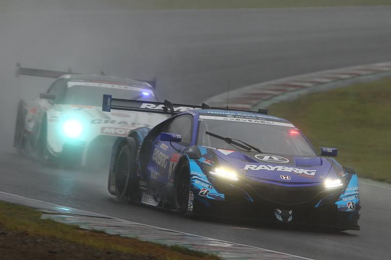 2位の1号車 RAYBRIG NSX-GTの背後に3号車 CRAFTSPORTS MOTUL GT-Rが迫る