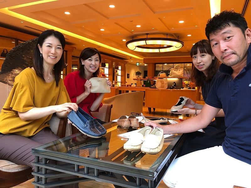 吉田由美さん(左奥)、まるも亜希子さん(左手前)が共同主宰する「クルマ業界女子部」は、キタムラとともにシューズバッグやドライビングシューズの開発を行なっているとのこと。写真右手前は株式会社キタムラ 取締役の北村氏