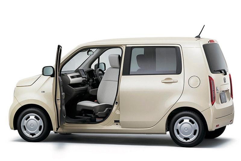 初展示される新型軽乗用車「N-WGN」の助手席回転シート車