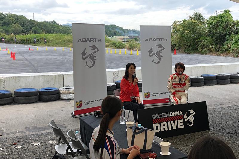 女子会らしくオシャレなお弁当を楽しんだ後は、石川選手と私のトークショー。この日が初対面だったので、ドリフト女王と聞いてちょっと及び腰だった私の不安を見事に裏切り(笑)、石川選手はとっても気さくでチャーミングで熱い気持ちの持ち主! サーキットでの体験を通して、「一般道でのスマートな運転や安全運転にも活かしてほしい」「迷っている女性たちに、一歩踏み出す勇気をあげたい」という想いは私と同じで、とても心強い味方と出会えた気持ちでいっぱいです