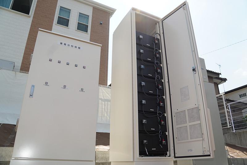 1基につき「リーフ」1台分(容量40kWh/基)のリユースバッテリーを活用した蓄電池設備を設置。リユースバッテリーは電池の転用に関する評価規格「UL1974」に基づく認証を世界で初めて受けた工場で再生されたもの