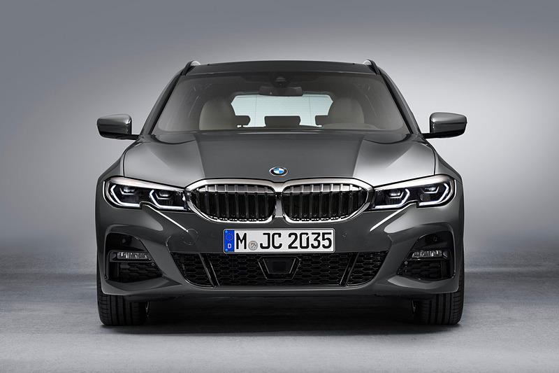 写真の330i ツーリング M Sportのボディサイズは4715×1825×1460mm(全長×全幅×全高)、ホイールベースは2850mm。最高出力258PS(190kW)/5000rpm、最大トルク400Nm/1550-4400rpmを発生する直列4気筒 2.0リッターターボエンジンを搭載し、トランスミッションに8速ATを組み合わせる。最新のBMWデザイン・コンセプトを採用したエクステリアは、ツーリングモデルならではの流れる風のようなデザインを取り入れた