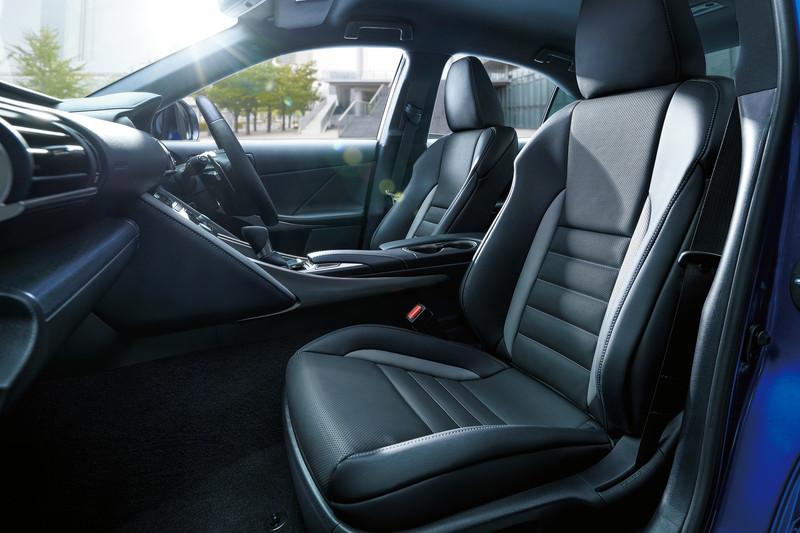専用装備のL texスポーツシートはブラック&アクセントグレーにブルーグレーステッチ