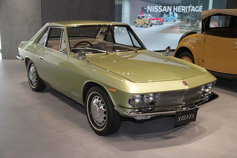 シルビア(1966年:CSP311型)。車両寸法:3985×1510×1275mm(全長×全幅×全高)、ホイールベース:2280mm。車両重量:980kg。サスペンション:ダブルウィッシュボーン・縦置きリーフ(前・後)。ブレーキ:ディスク・ドラム(前・後)。タイヤ:5.60-14-4P。エンジン型式:R型(直4 OHV・SUツインキャブ)。排気量:1595cc。最高出力:66kW(90PS)/6000rpm、最大トルク:132Nm(13.5kgfm)/4000rpm