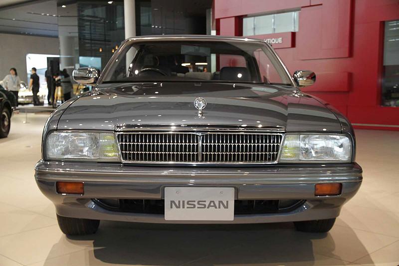 セドリックシーマ タイプII リミテッド。車両寸法:4890×1770×1380mm(全長×全幅×全高)、ホイールベース:2735mm。車両重量:1640kg。サスペンション:ストラット・セミトレーリングアーム(前・後)。ブレーキ:ベンチレーテッドディスク・ベンチレーテッドディスク(前・後)。タイヤ:205/65R15 93H。エンジン型式:VG30DET型(V6 DOHC ターボ)。排気量:2960cc。最高出力:187kW(255PS)/6000rpm、最大トルク:343Nm(35.0kgfm)/3200rpm