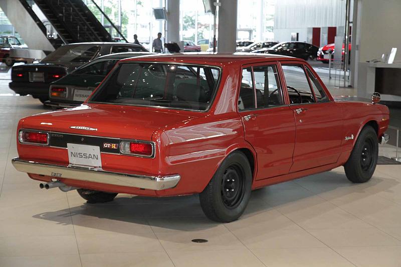 スカイライン 2000GT-R(1969年:PGC10型)。車両寸法:4395×1610×1385mm(全長×全幅×全高)、ホイールベース:2640mm。車両重量:1120kg。サスペンション:ストラット・セミトレーリングアーム(前・後)。ブレーキ:ディスク・ドラム(前・後)。タイヤ:6.45H-14-4PR。エンジン型式:S20型。排気量:1989cc。最高出力:118kW(160PS)/7000rpm、最大トルク:177Nm(18.0kgfm)/5600rpm