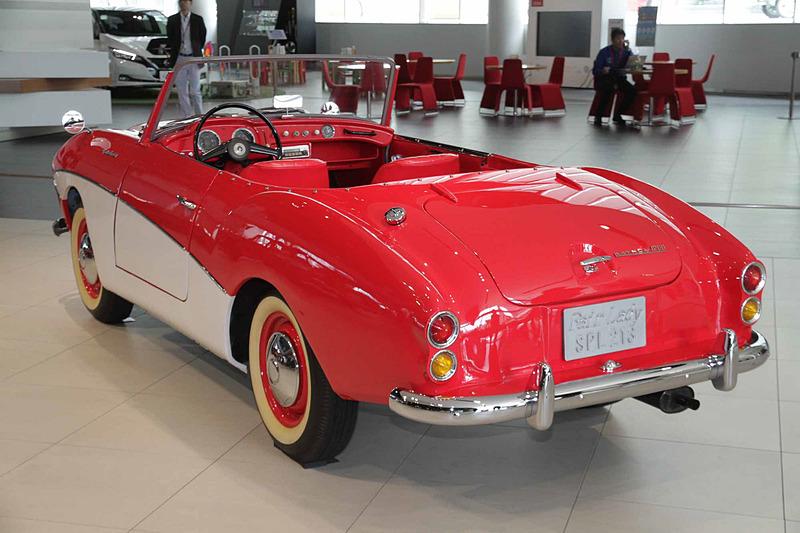 ダットサン フェアレディ 1200。車両寸法:4025×1475×1365mm(全長×全幅×全高)、ホイールベース:2220mm。車両重量:890kg。サスペンション:4輪半楕円リーフ+リジッド(前・後)。ブレーキ:ドラム・ドラム(前・後)