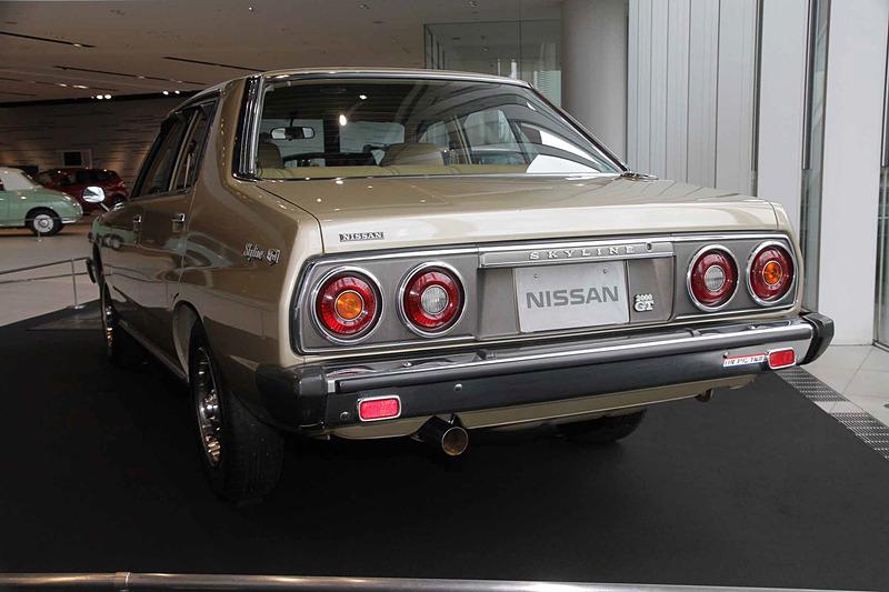 スカイライン 2000GT-E・L(1979年:HGC211)。車両寸法:4600×1625×1390mm(全長×全幅×全高)、ホイールベース:2615mm。車両重量:1190kg。サスペンション:ストラット・セミトレーリングアーム(前・後)。ブレーキ:ディスク・ドラム(前・後)。タイヤ:185/70HR14。エンジン型式:L20E型(直6 OHC)。排気量:1998cc。最高出力:96kW(130PS)/6000rpm、最大トルク:167Nm(170kgfm)/4000rpm