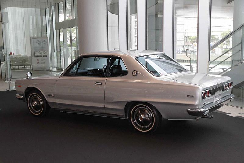 スカイライン ハードトップ 2000GT-X(1972年:KGC10)。車両寸法:4330×1595×1375mm(全長×全幅×全高)、ホイールベース:2570mm。車両重量:1115kg。サスペンション:ストラット・セミトレーリングアーム(前・後)。ブレーキ:ディスク・ドラム(前・後)。タイヤ:6.45S-14-4PR。エンジン型式:L20型(直6 OHC・SUツインキャブ)。排気量:1998cc。最高出力:96kW(130PS)/6000rpm、最大トルク:172Nm(17.5kgfm)/4400rpm