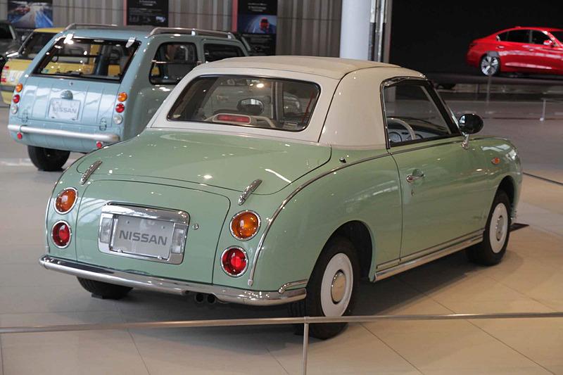 フィガロ(1991年:FK10型)。車両寸法:3740×1630×1365mm(全長×全幅×全高)、ホイールベース:2300mm。車両重量:810kg。サスペンション:ストラット・4リンクコイル(前・後)。ブレーキ:ベンチレーテッドディスク・ドラム(前・後)。タイヤ:165/70R12 77H。エンジン型式:MA10ET型。排気量:987cc。最高出力:55.9kW(76PS)/6000rpm、最大トルク:105.9Nm(10.8kgfm)/4400rpm