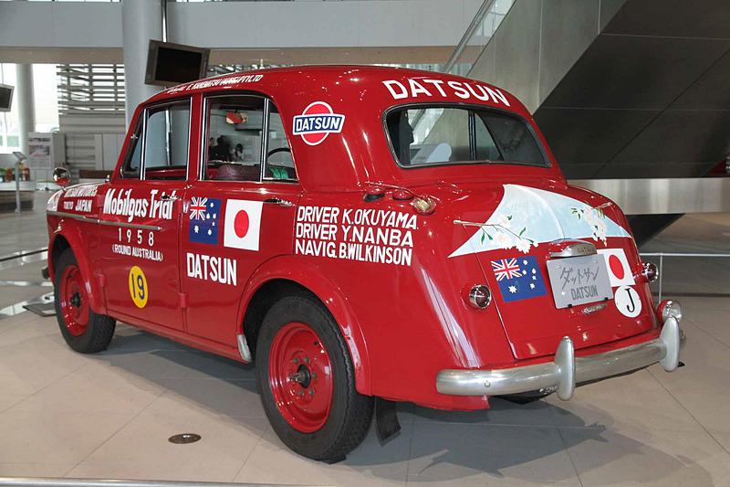 ダットサン 1000 セダン 富士号(1958年:210型)。車両寸法:3860×1466×1535mm(全長×全幅×全高)、ホイールベース:2220mm。車両重量:925kg。サスペンション:縦置リーフ・縦置リーフ(前・後)。ブレーキ:ドラム・ドラム(前・後)。タイヤ:5.00-15-4PR。エンジン型式:C型(直4 OHV)。排気量:988cc。最高出力:25kW(34PS)/4400rpm、最大トルク:65Nm(6.6kgfm)/2400rpm
