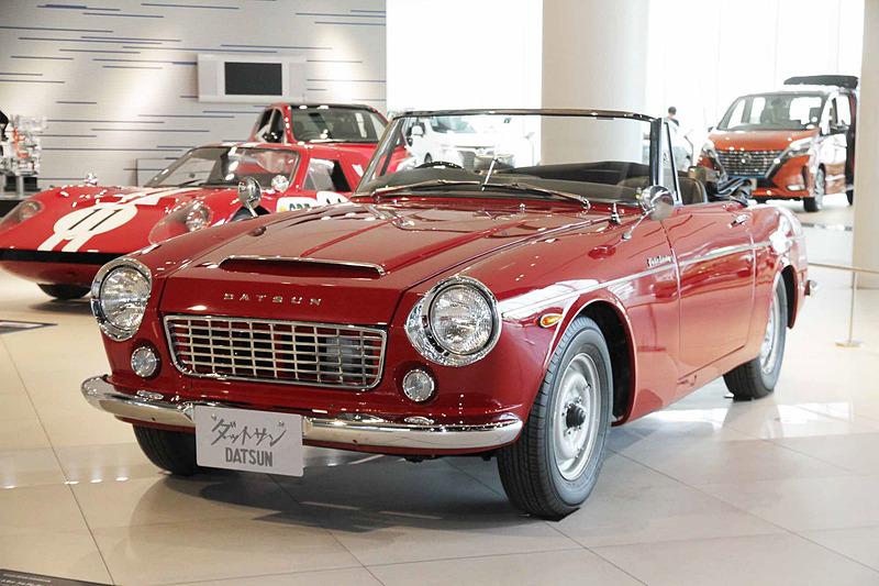 ダットサン フェアレディ 1500(1965年:SP310型)。車両寸法:3910×1495×1305mm(全長×全幅×全高)、ホイールベース:2280mm。車両重量:910kg。サスペンション:ダブルウィッシュボーン・縦置リーフ(前・後)。ブレーキ:ドラム・ドラム(前・後)。タイヤ:5.60-13 4P。エンジン型式:G型(直4 OHV・SUツインキャブ)。排気量:1488cc。最高出力:59kW(80PS)/5600rpm、最大トルク:118Nm(12.0kgfm)/4000rpm
