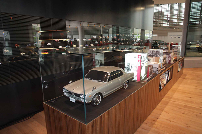 ヘリテージゾーンでは車両展示以外にも、名車のディテール画像で壁面を彩る「アートウォール」、ヘリテージカーが保管されたガレージ内の写真を紹介する「グラフィックウォール」を実施。また、「コンテンツショーケース」はテーマ別にストーリーを発信する企画展示コーナーとなっており、当日は創業時の1930年代にフォーカスしたストーリーを展示。さらに自動車書籍や自動車雑誌のバックナンバーをセレクトした本棚「ライブラリー」、100台以上のミニカーを壁面に展示する「モデルカーウォール」など、ヘリテージカー以外も見所満載だ