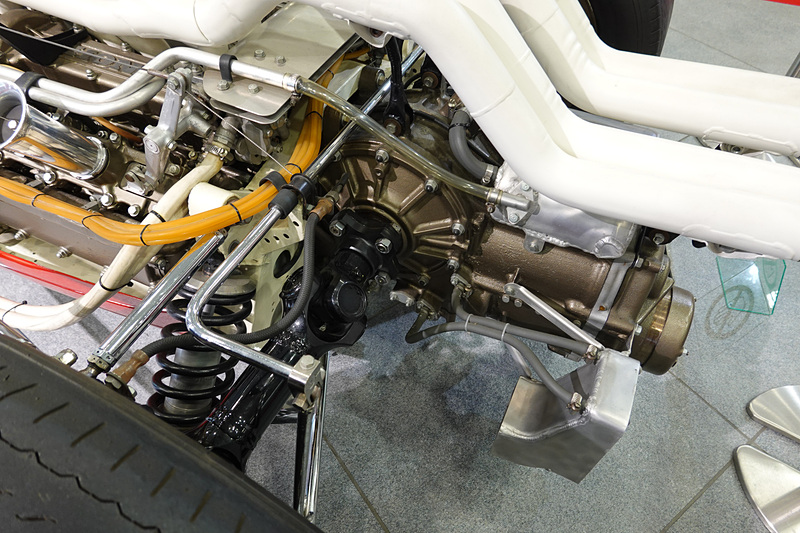 RA273の見どころであるV型12気筒3.0リッター自然吸気エンジン。うねる排気管やホンダらしいカムカバーなど見ていて飽きない。コクピットもシンプル