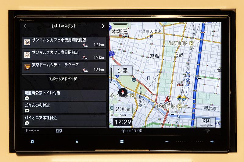 インフォガジェットは画面左から中心に向かってスワイプすることで表示できる。サイズは2種類
