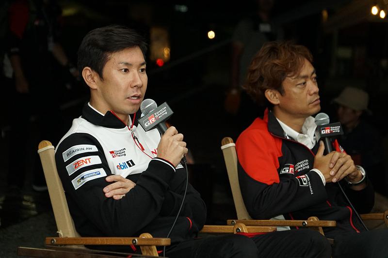 10月5日の予選終了後に行なわれたトークショーに参加した小林可夢偉選手(左)とTOYOTA GAZOO Racing アンバサダーに就任している脇阪寿一氏(右)