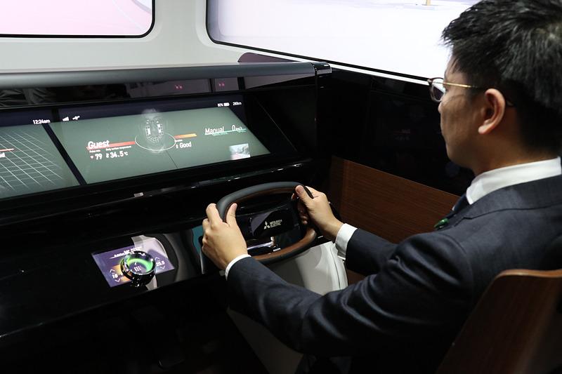 EMIRAI Sのドライバーズシート。メーターの位置に模擬的に脈拍センシングの計測状況を表示しているが、これはあくまで技術内容を分かりやすいようにするための演出で、実際の製品化時には表に出さず、制御だけを行なうとのこと