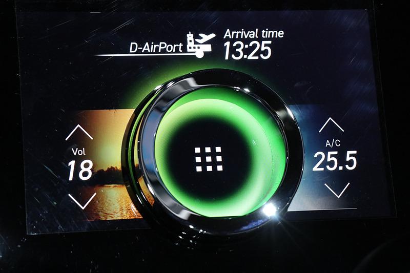 リングノブオンディスプレイは表示を切り替えつつ、エアコンやオーディオ、カーナビなど多彩な用途の操作に利用できる