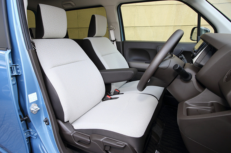 車内ではインパネを水平基調とし、実際のサイズ以上の広さを感じさせる形状を採用。メーターは四角と丸を組み合わせたもので、明快で分かりやすいようデザインされた。「L・Honda SENSING」ではテレスコピックチルトステアリングをはじめ、フルオート・エアコンディショナー(プラズマクラスター技術搭載)、運転席シートヒーターなどを標準装備。N-WGNのシートカラーはアイボリー