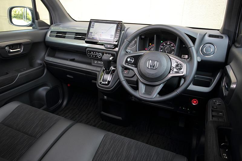 「L ターボ・Honda SENSING」のインテリアカラーはブラック×チタン(プライムスムース)。電子制御パーキングブレーキ&オートブレーキホールド機能、本革巻ステアリングホイール、充電用USBジャック(急速充電対応タイプ 2個付)などを標準装備。Gathers ナビゲーションシステムはオプション設定