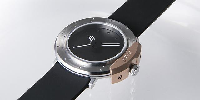 Original Watch designd by STIはクルマのディスクブレーキをイメージしたデザインを採用