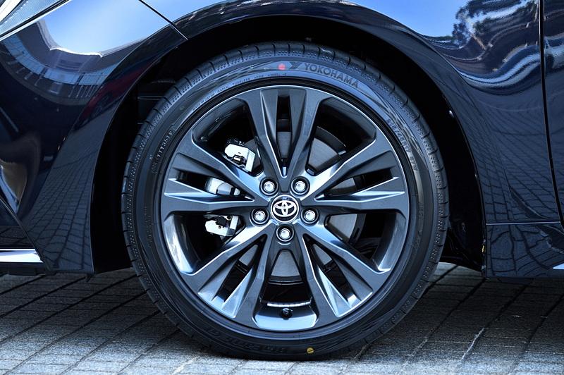 W×Bグレードはダークグレーメタリック塗装/センターオーナメント付の17インチアルミホイールを装着。組み合わせるタイヤは215/45R17サイズの横浜ゴム「BluEarth-GT」