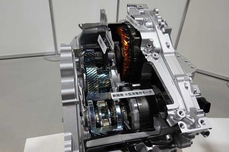新型車「ヤリス」のリダクション機構付きTHS II トランスアクスル。現行「プリウス」と同様の複軸配置になっている