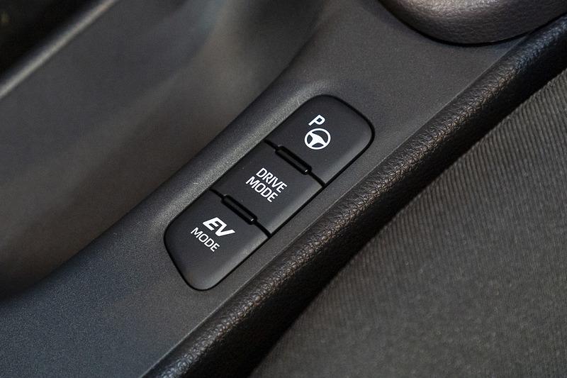 サイドブレーキ横のスイッチ類。最上部のボタンはAdvanced Park用