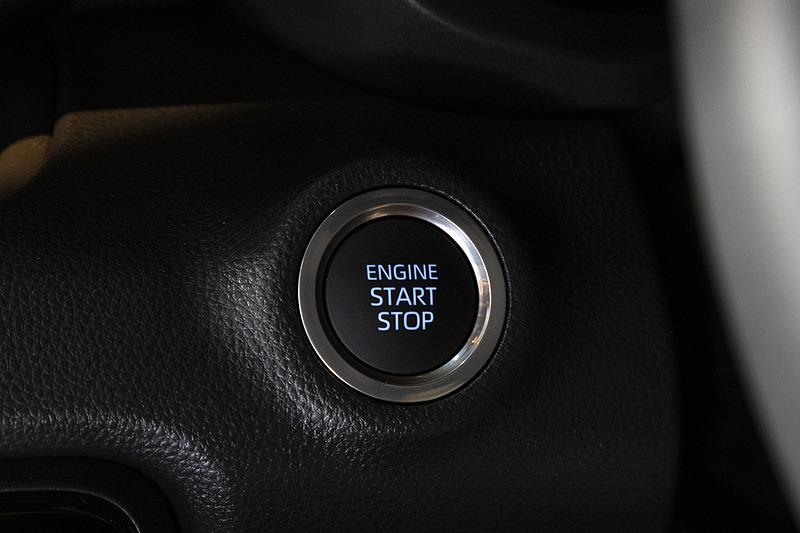 スタートスイッチ。ガソリン車だがイルミネーションはブルー