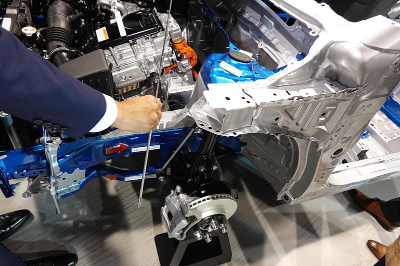 フロントサスペンションの軸を最適化して、アブソーバの摺動抵抗を低減