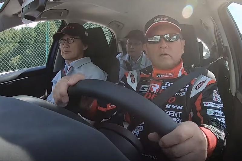 下山テストコースで新型車「ヤリス」を運転するマスタードライバー 豊田章男社長