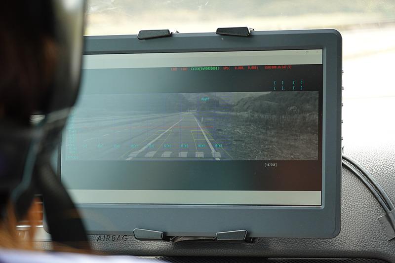 プレビュー用ステレオカメラで前方の路面をリアルタイムに解析。安価ながら、高性能なサスペンションを実現できる