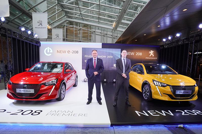 日本初公開された新型EV(電気自動車)の「e-208」(左)と新型「208」(右)。2台の間に立つのは、プジョー・シトロエン・ジャポン株式会社 代表取締役社長 クリストフ・プレヴォ氏(左)とプジョー・シトロエン・ジャポン株式会社 マーケティング部 マーケティング部長 トマ・ビルコ氏(右)