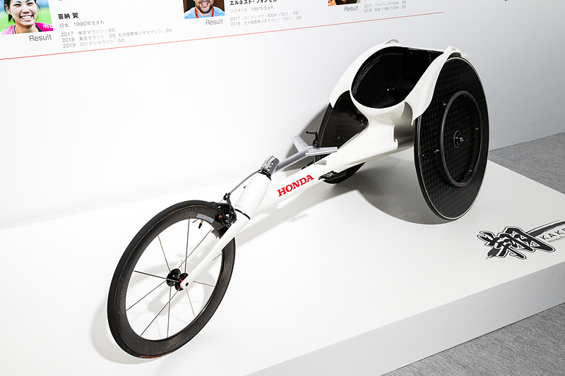 フルカーボンモノコックフレームのマシンは重量わずか8.5kg。そして値段は驚愕の350万円!