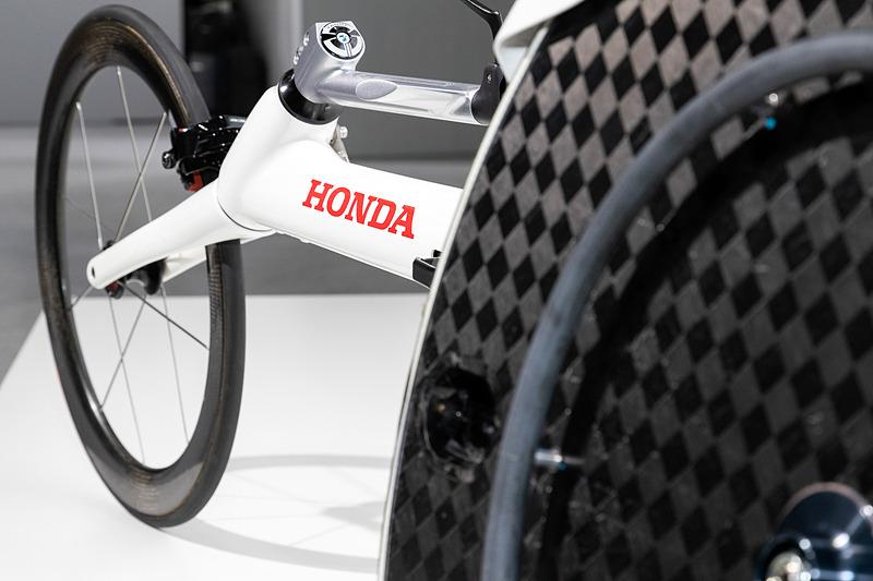 F1やホンダジェットで培ったカーボン技術がふんだんに注がれたボディラインは、美しさと速さを兼ね備える。カーボン製シートは3D測定を駆使し、使用選手の体にピッタリとフィットするようにつくられる